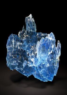 Beryl var.Aquamarine - Pedra Azul, Jequitinhonha valley, Minas Gerais, Brazil Size: 7.0 x 5.2 x 3.5 cm