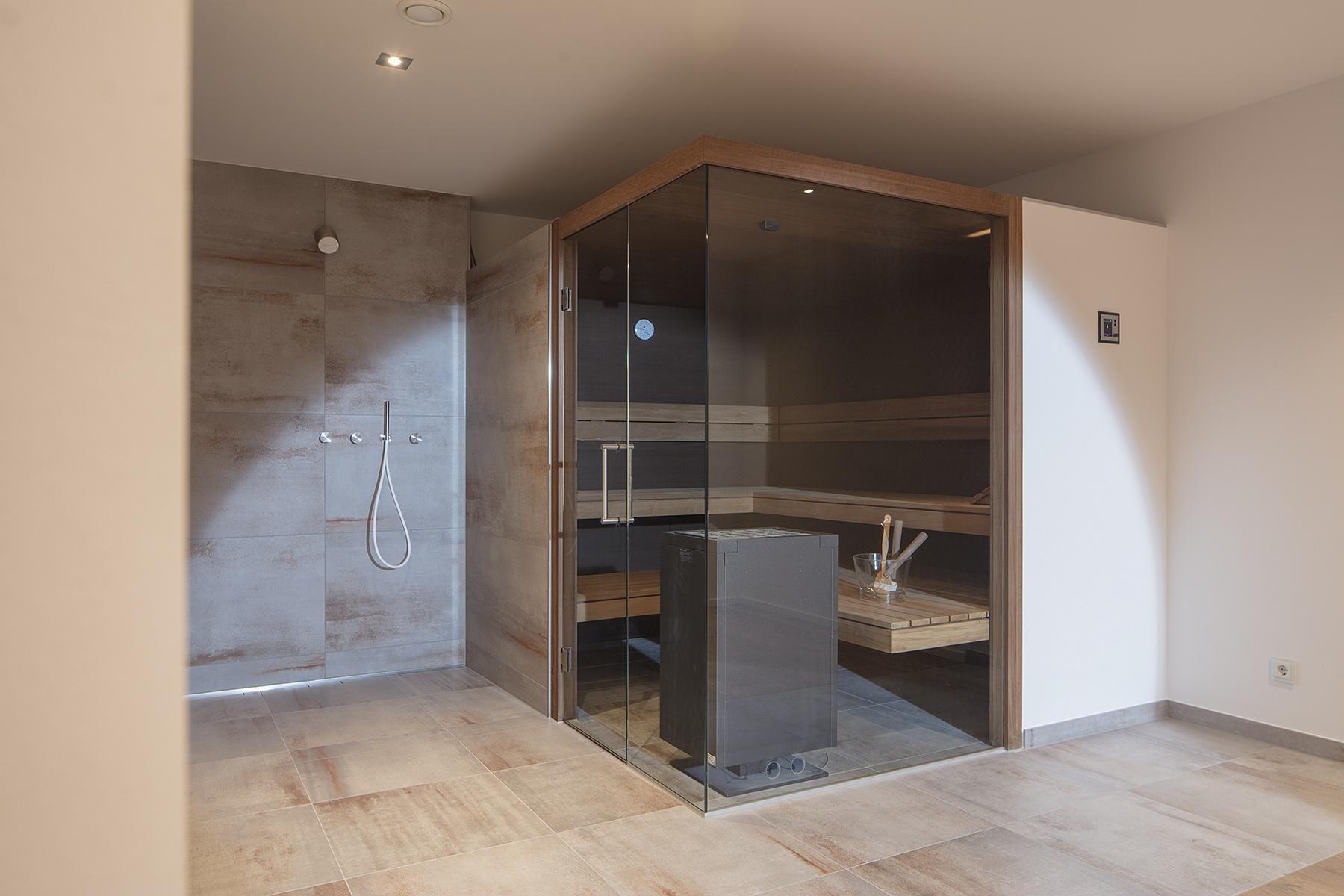 Sauna Entspannung Mit Ausblick In Der Corso Designsauna Mit Glasfront Uber Eck Und Inneneinrichtung Aus Eic Sauna Fur Zuhause Sauna Ideen Badezimmer Mit Sauna