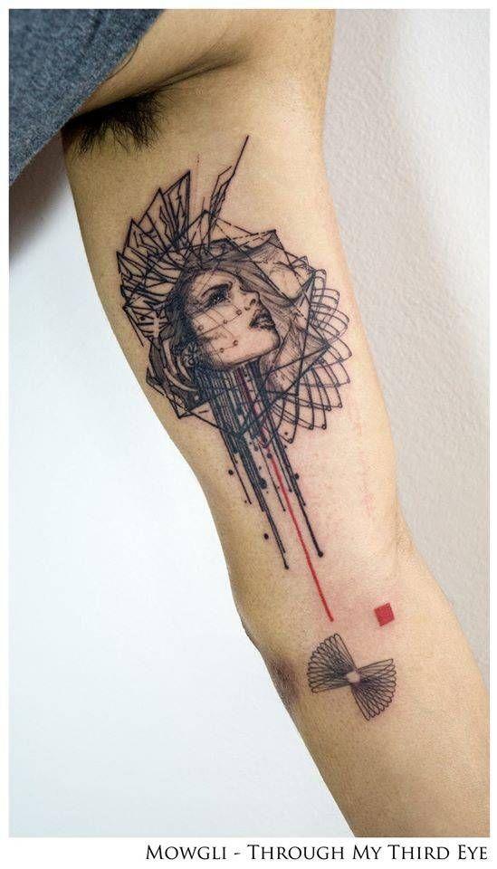 Tatuaje de estilo gráfico, situado en el interior del brazo ...