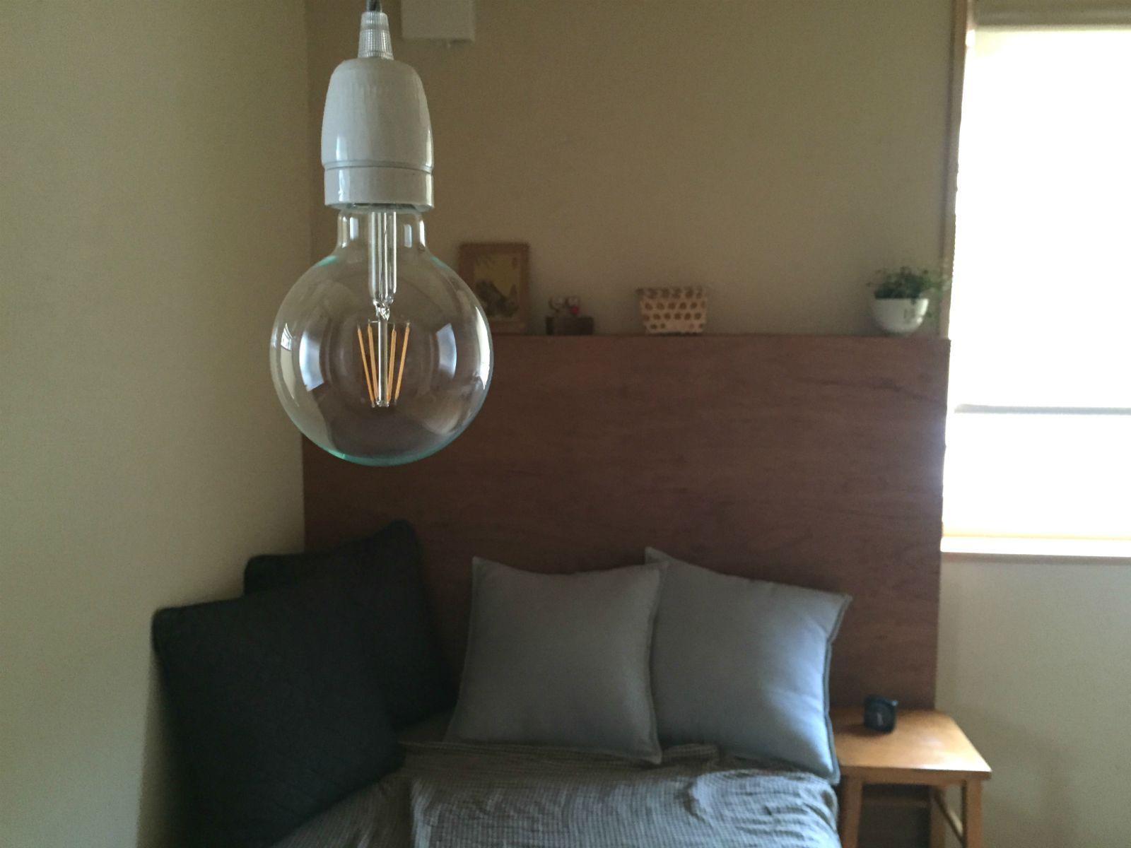 別の寝室ではヘッドボードをご夫婦でdiyされたそう ビンテージled電球 電球 Led電球 リノベーション Diy