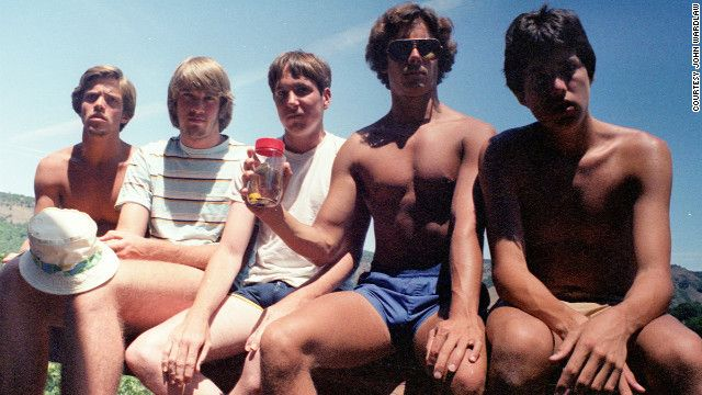 In 1982, five teenagers took a picture, without realizing how it had became a tradition amongst themselves. For 3 decades, John Wardlaw, John Dickson, Mark Rumer, Dallas Burney and John Molony, have been meeting up to take the same photo for every 5 years.
