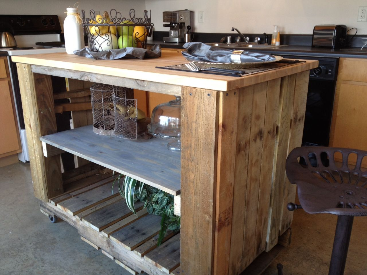 Diy Küche Palette Turning A Wooden Pallet Into A Rollable Kitchen Island