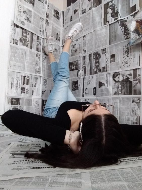 Fotos que puedes tomarte si tapizas una pared con periódicos