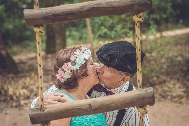 Bodas de ouro: beijo do casal
