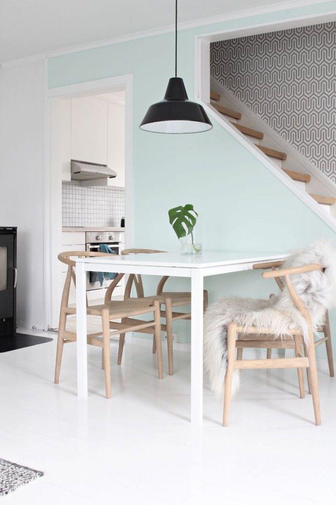 Wit, licht hout en munt kleur (pastel) in de eetkamer   A place to ...