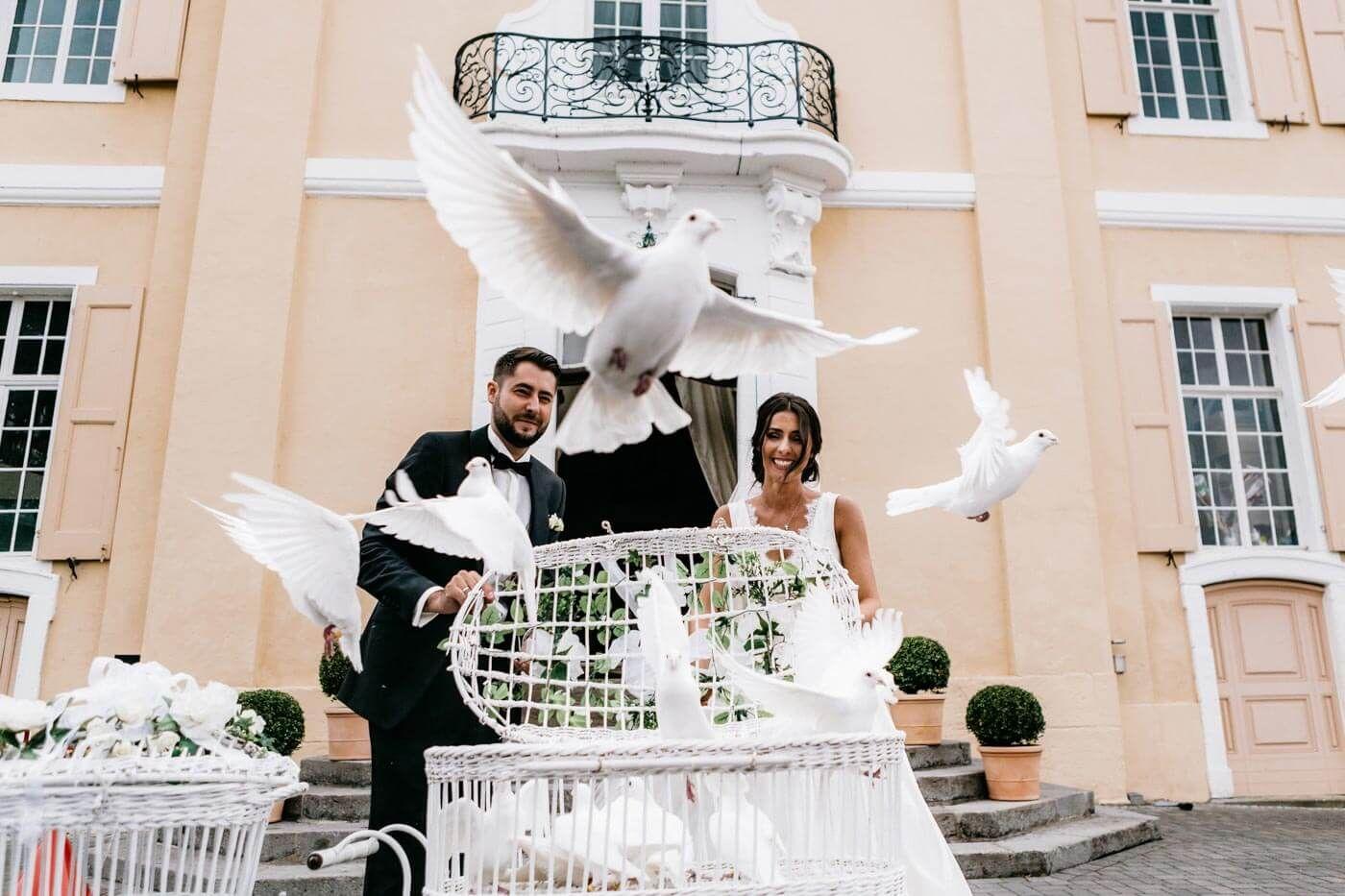 Schloss Miel Hochzeit Ganz In Weiss I Bezaubernde Inspirationen In 2020 Hochzeit Brauche Hochzeitsbrauche Hochzeit