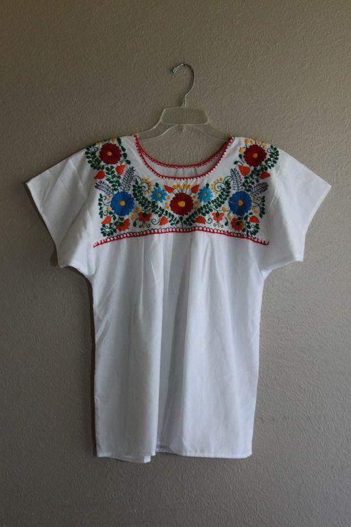 d7753a3198359 blouse broderie vintage super chic. Très bon état. Sinscrit comme un grand.  Aucune mesure de plat tags   buste   20 pouces Taille   23 pouces longueur