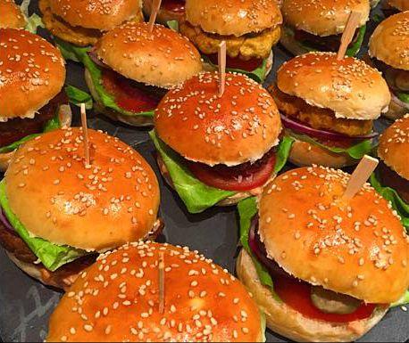 Recept voor hamburgerbroodjes met sesamzaadjes om zelf te maken. Lekker met zelfgemaakte gehaktburgers en burgersaus.