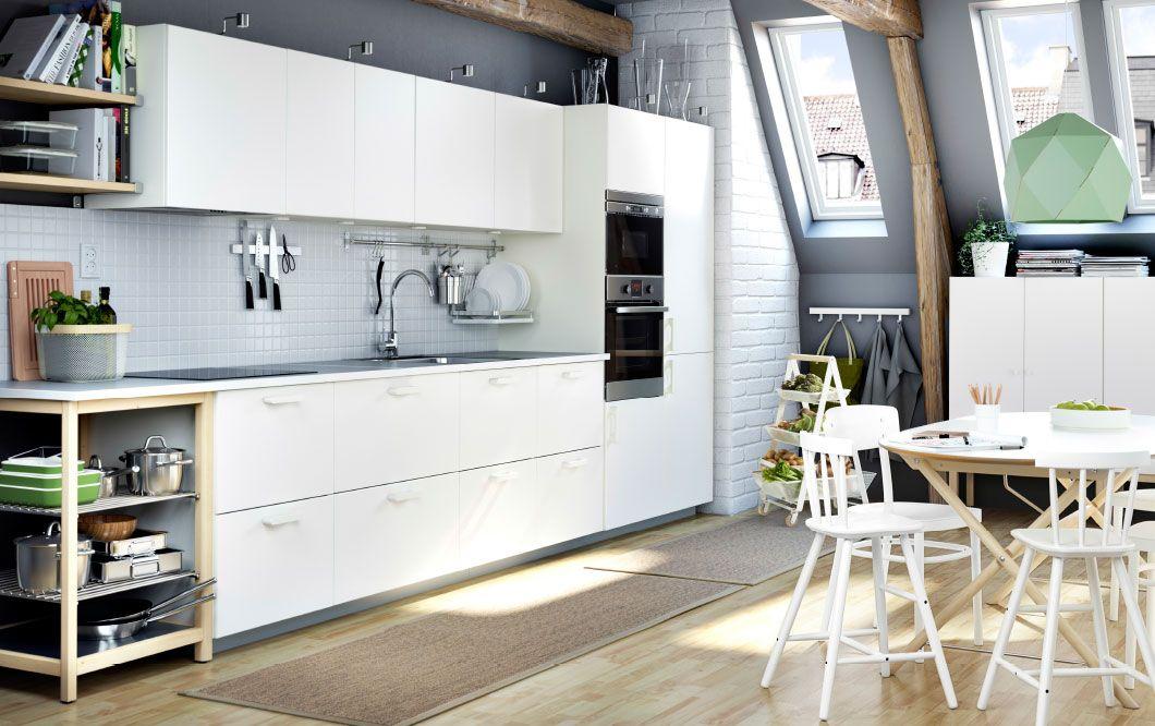 REGALE in HOLZ - Eine weisse METOD Küche mit VEDDINGE Fronten in ...
