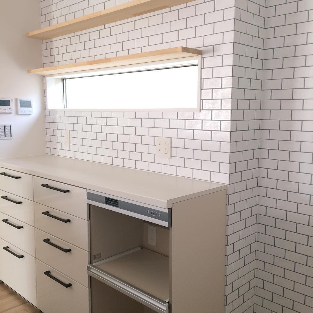 キッチン背面 も リクシル の アレスタ ですが 3列になってるのは珍しい気がします 幅は600 3で1800 奥行は450 高さ1000です ゴミ箱スペースは別にとったのでとにかく食器がたくさん入るようにしました シンク側は グレーストーン なの アレスタ