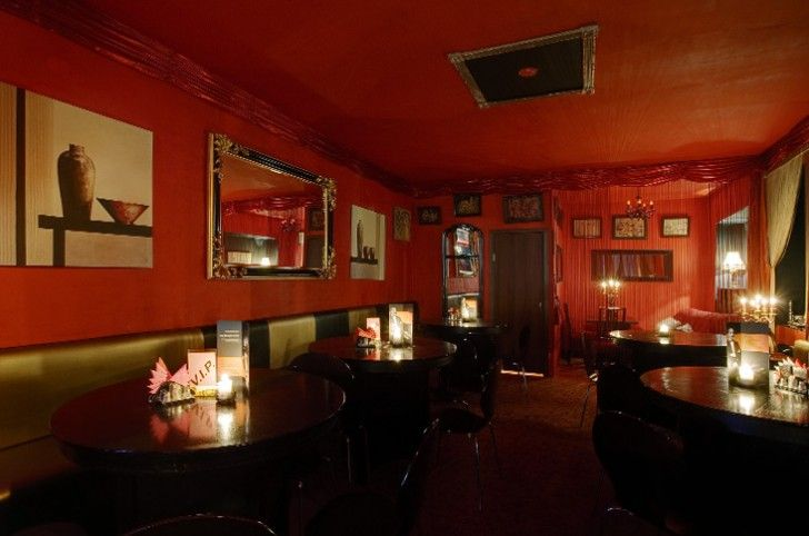 cool restaurant design ideas with red wall and ceiling color and black round dining table