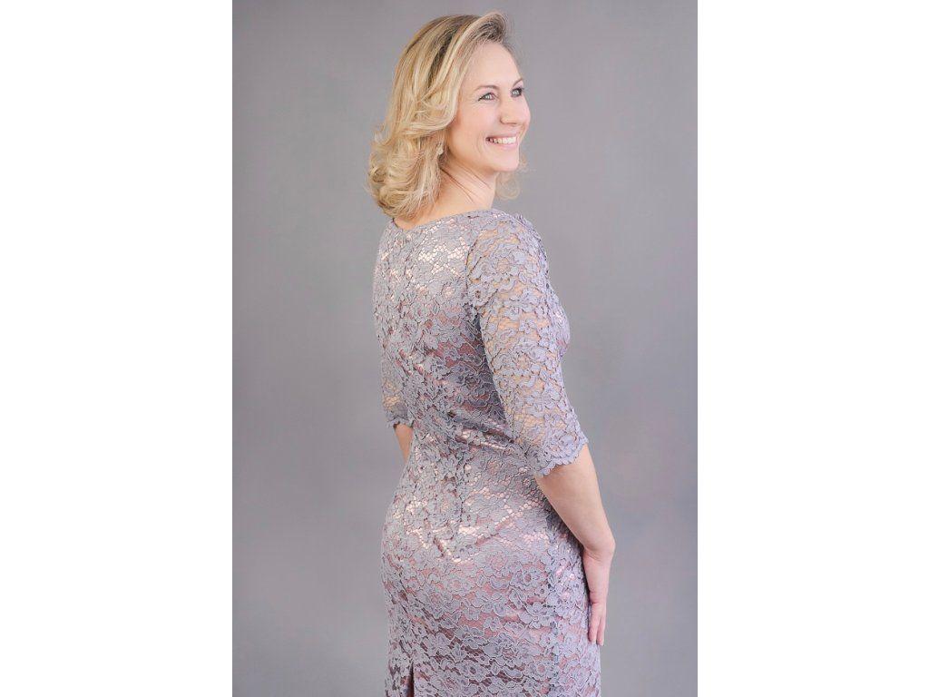 a41fe375f639 Šedo-růžové krajkové pouzdrové šaty elegantní pouzdrové šaty z šedé krajky  podklad pod krajkou je