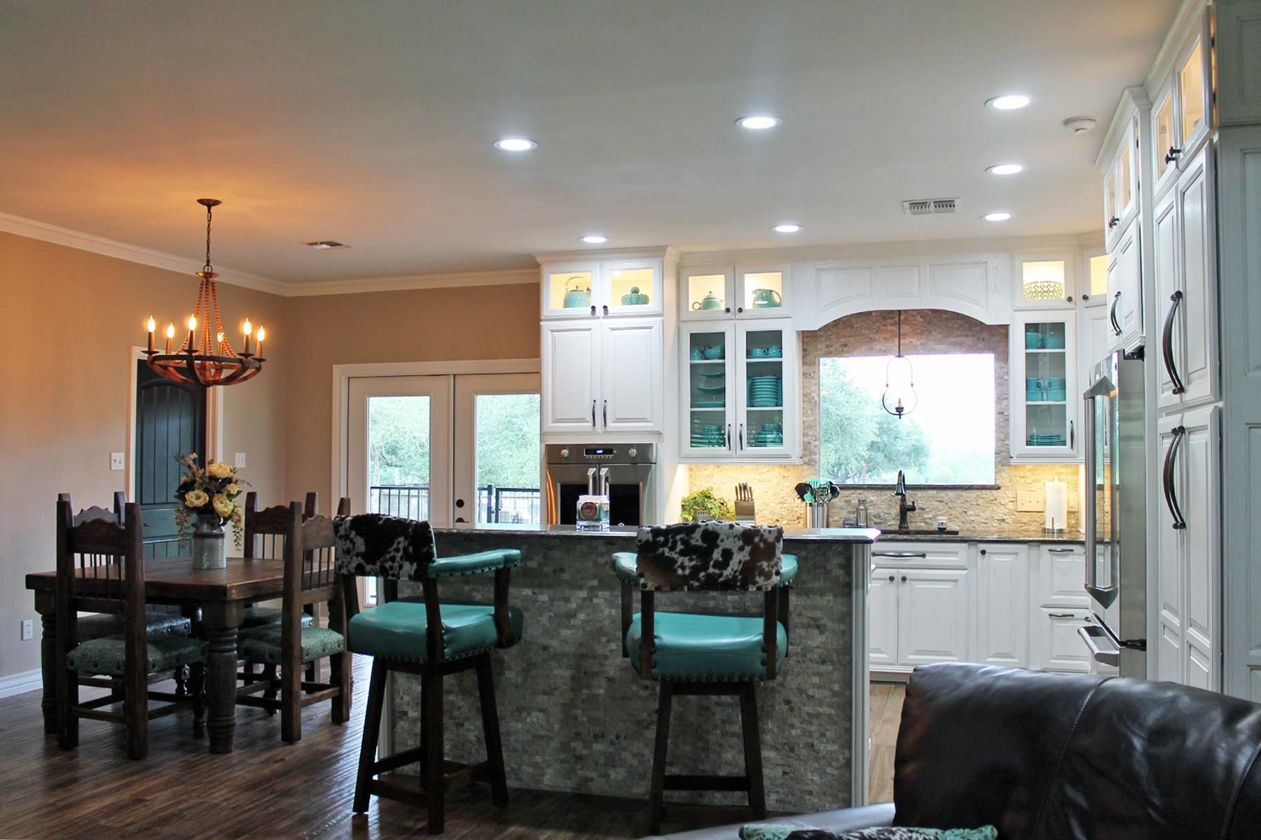 Remodel Tukasa Creations From The Hillsides To The Valleys A Southern Home Shows Beauty From The Inside To The Outside Wellborn Cabinets Home Home Decor