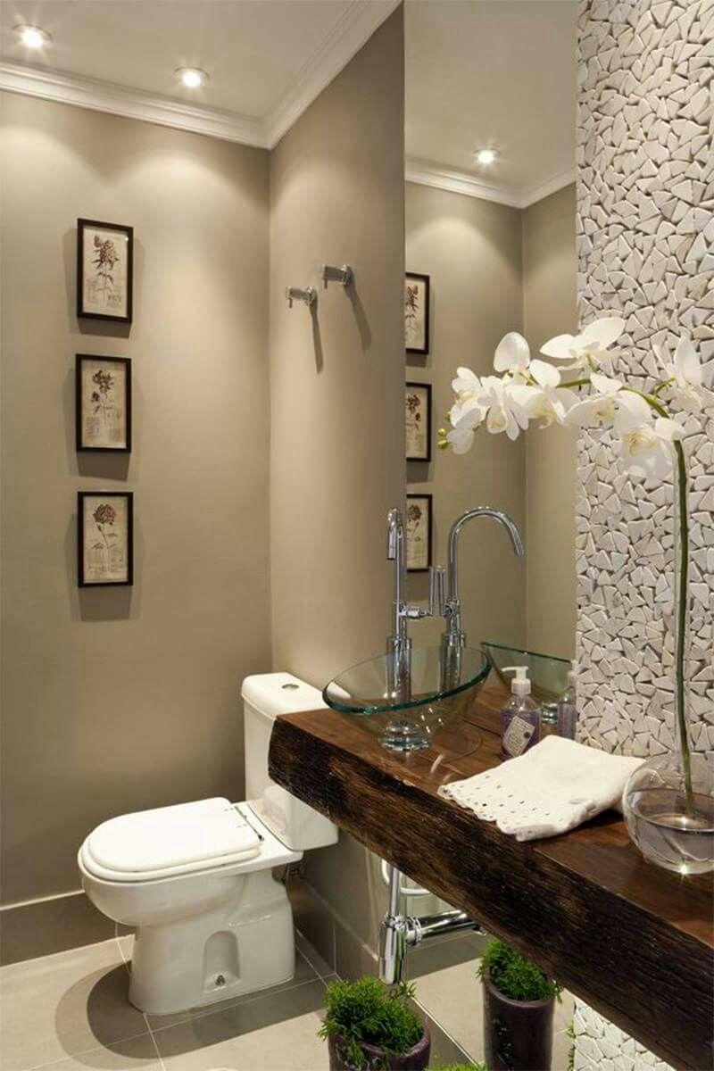 Color pared, techo dicroicas mueble oscuro pared revestida y espejo ...