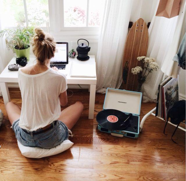 Such a cute & comfy desk idea! Love the #recordplayer