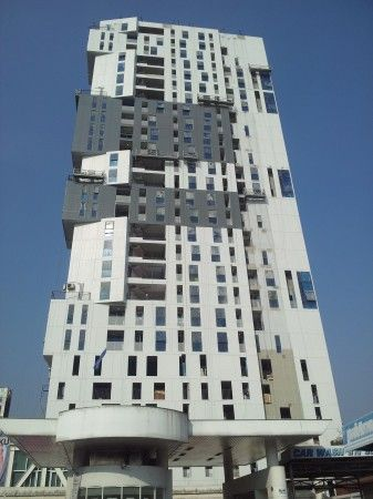 Haus 23 รัชดา – ลาดพร้าว คอนโดมิเนียม สูง 27 ชั้น 236 ยูนิต มีทั้งห้องแบบ 1 ห้องนอน30.5 – 61.5 ตร.ม.2 ห้องนอน 55.5-85.0 ตร.ม.และดูเพล็กซ์ 1 ห้องนอน56.5 ตร.ม. โครงการโดย เดลวี เพลส จำกัด