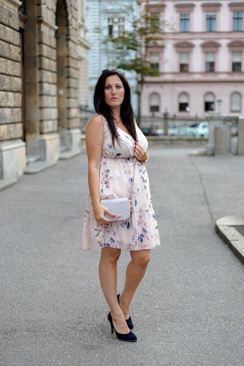 Zartes Rosa Sommerkleid Mit Jeansjacke Und High Heels Miss Classy Bekleidungsstile Modestil Sommerkleid