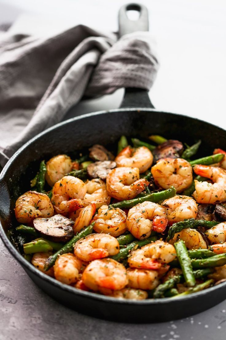 Garlic Shrimp Asparagus Skillet - Primavera Kitchen #skilletrecipes