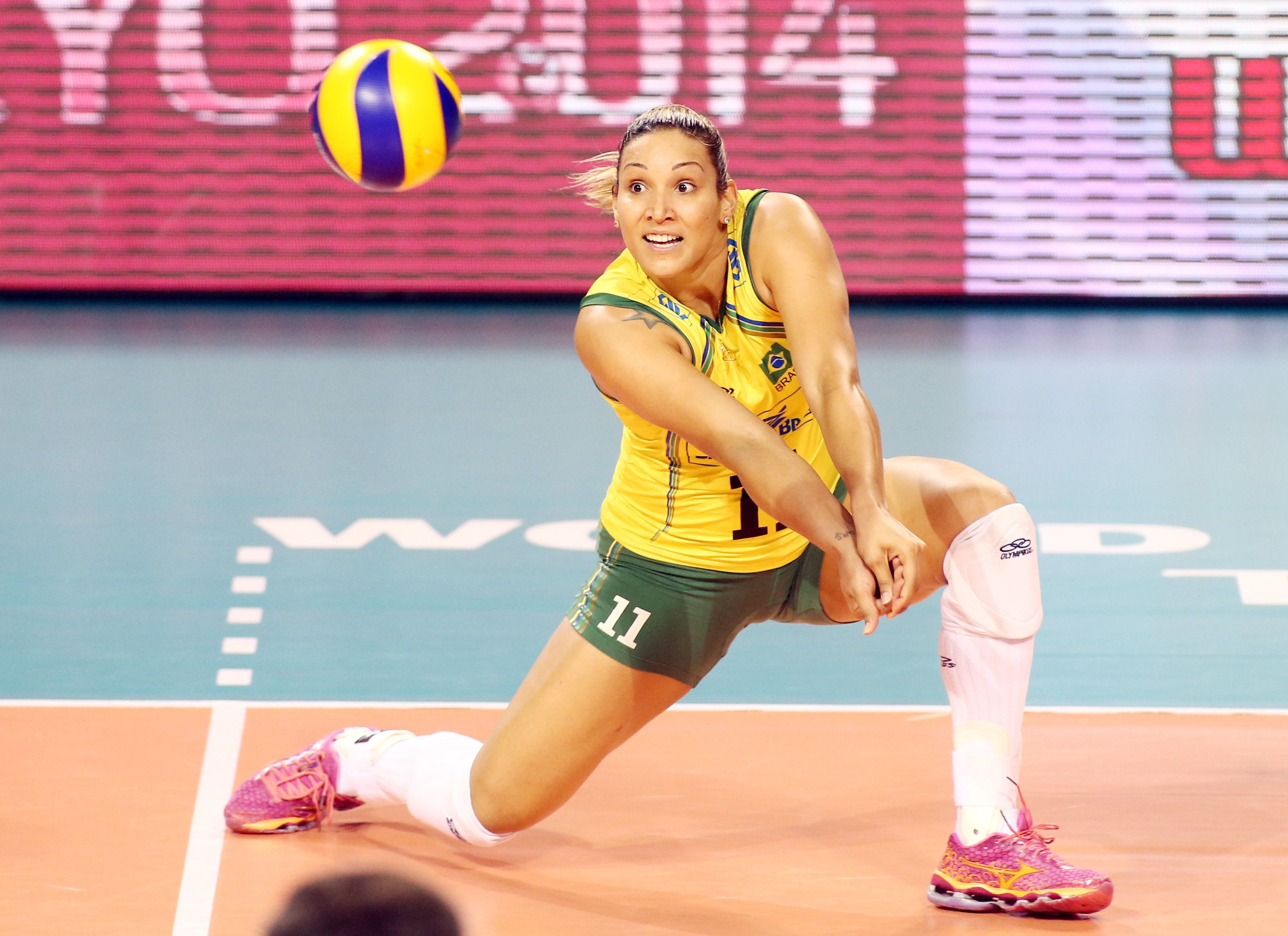 Brazil S Caixeta Tandara Receiving Female Volleyball Players Volleyball Players Volleyball