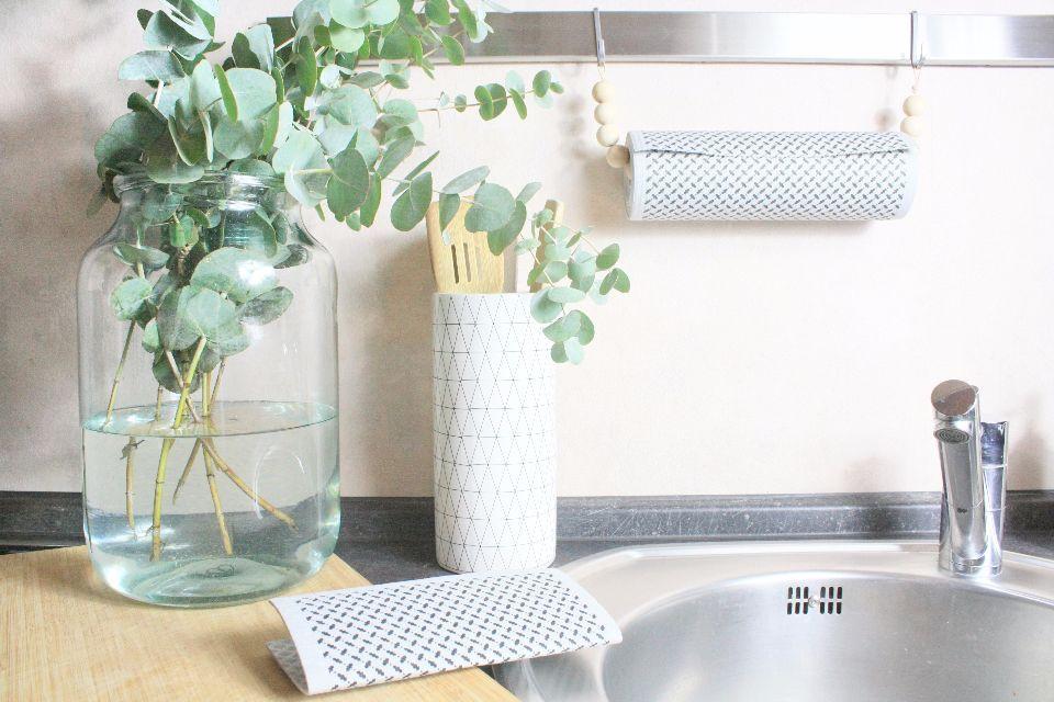 Küchenrollenhalter ganz einfach aus Holzkugeln selber machen. Ein ...