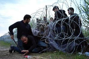Veel vluchtelingen worden geweigerd bij de grenzen, daarom proberen veel vluchtelingen op een andere manier landen als Hongarije en Duitsland binnen te komen. inmiddels heeft Duitsland toegezegd om meer vluchtelingen uit Hongarije binnen te laten