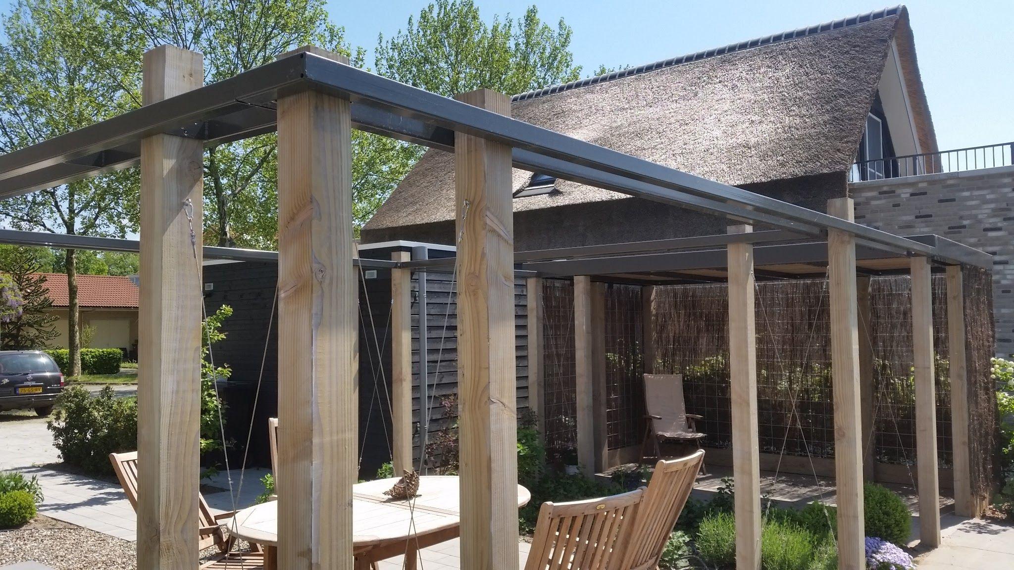 Moderne pergola van staal en hout in de tuin pergola in