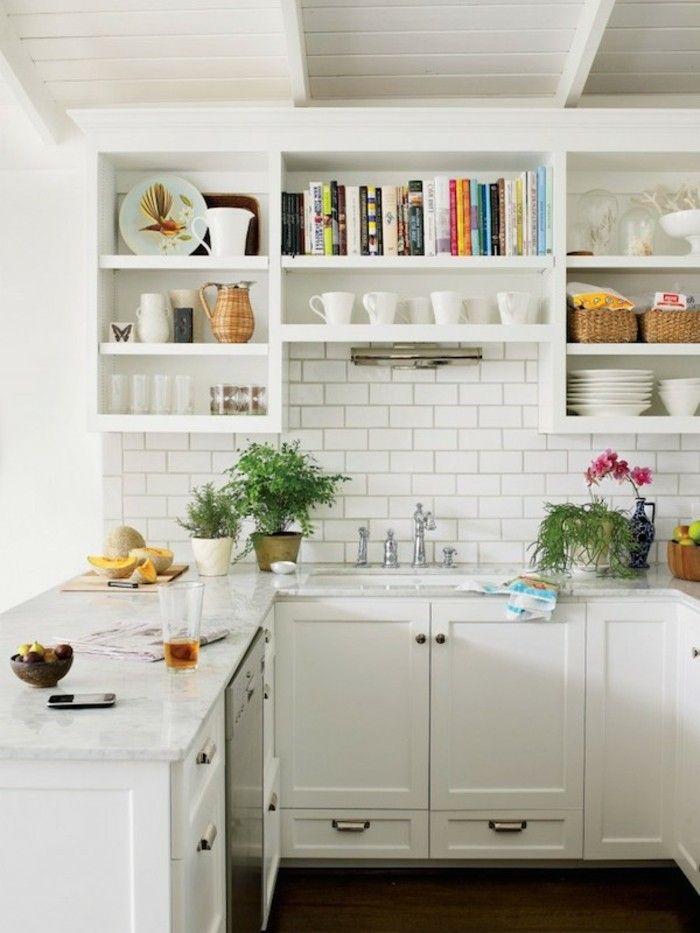 moderne küchengestaltung in weiß offene wandregale und viele