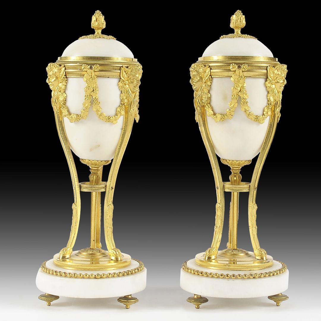 Paire de cassolettes formant bougeoirs en marbre blanc et bronze finement ciselé et doré en forme de vases à l'AntiqueÉpoque XIXe siècle