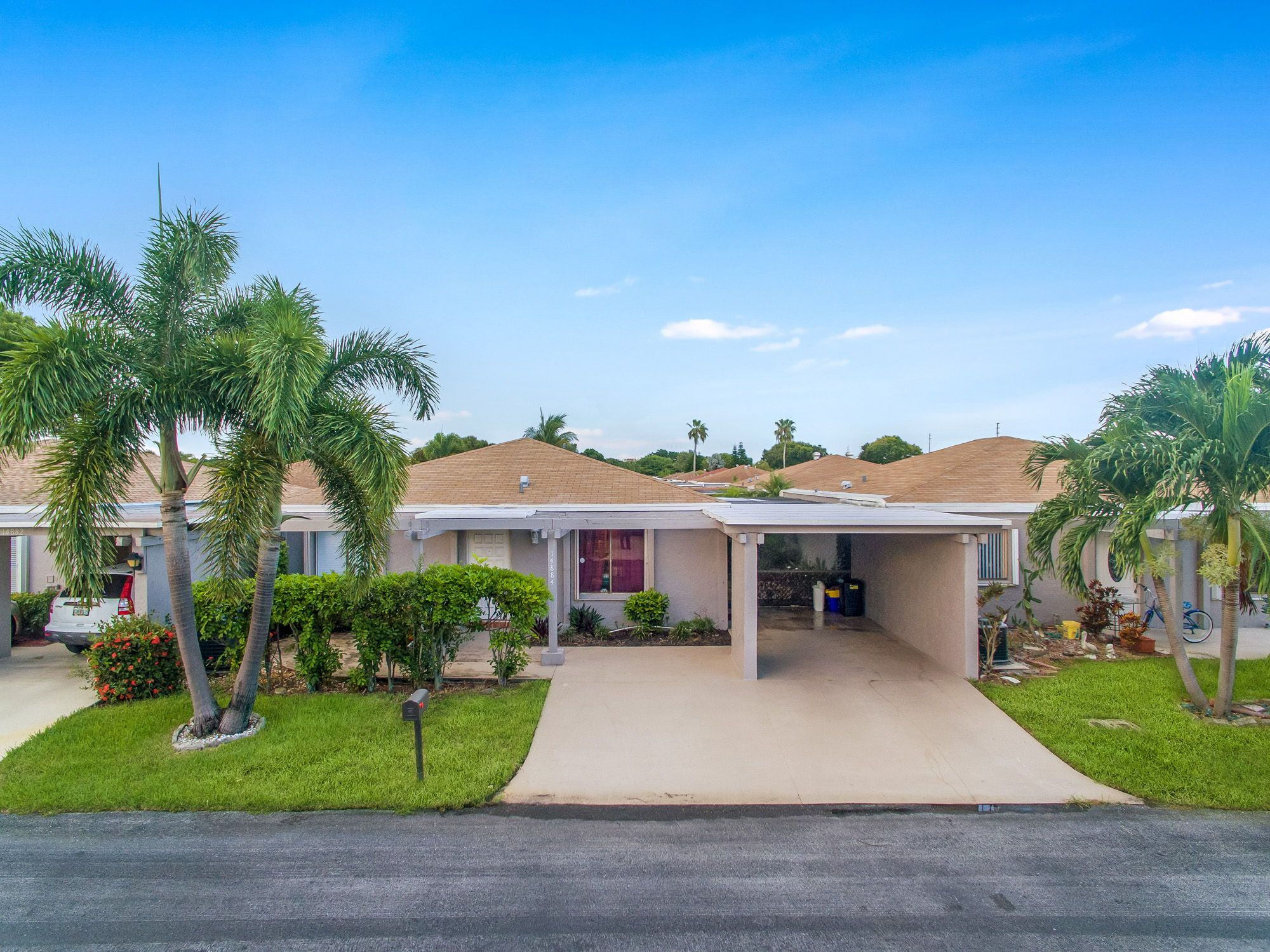 Beautiful Bright Spacious 1 Story Home Located In The Quiet Community Of Camelot Village Floridahomes Inte Delray Beach Apartment Garden Screened In Patio