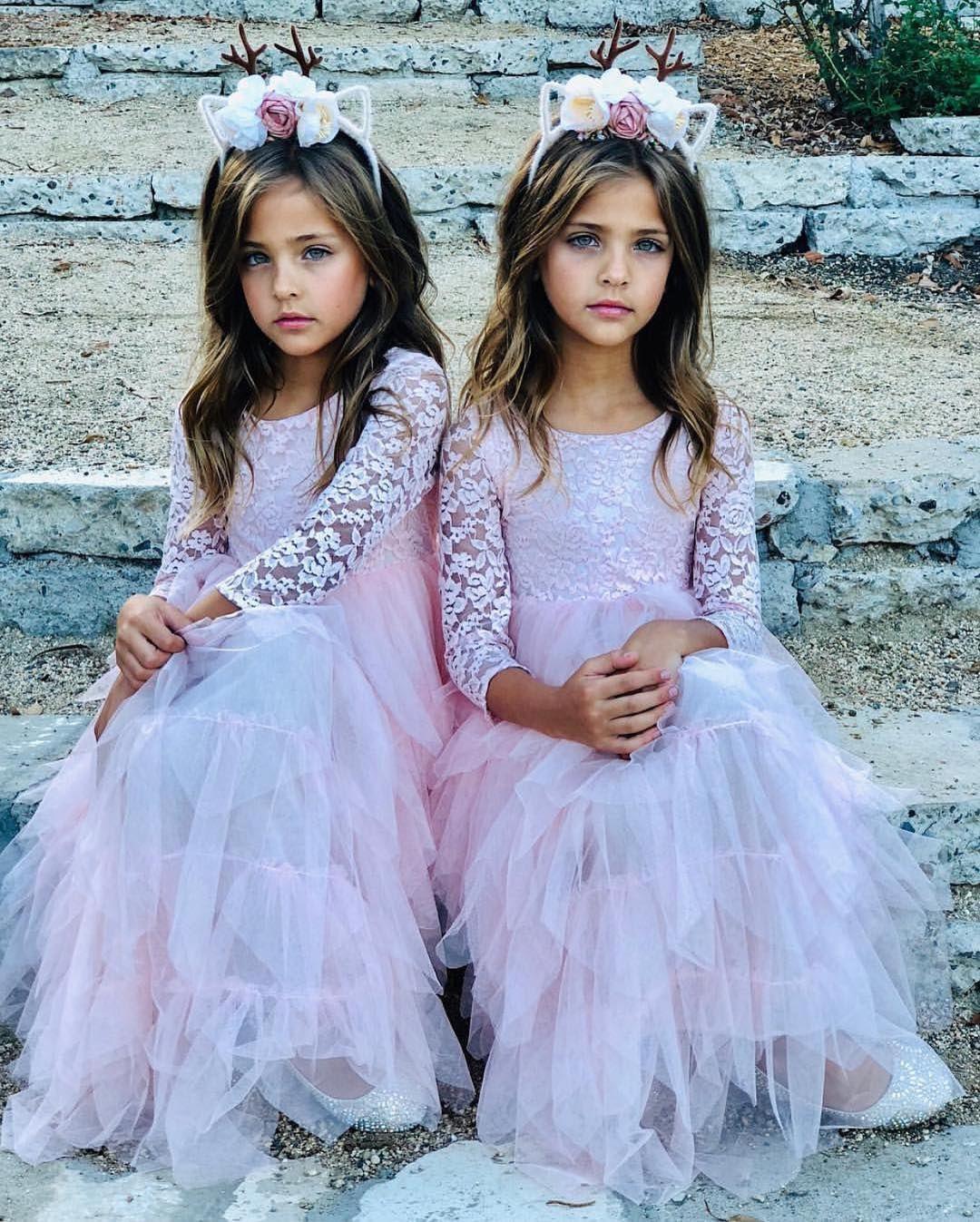 Картинки девушки близняшки