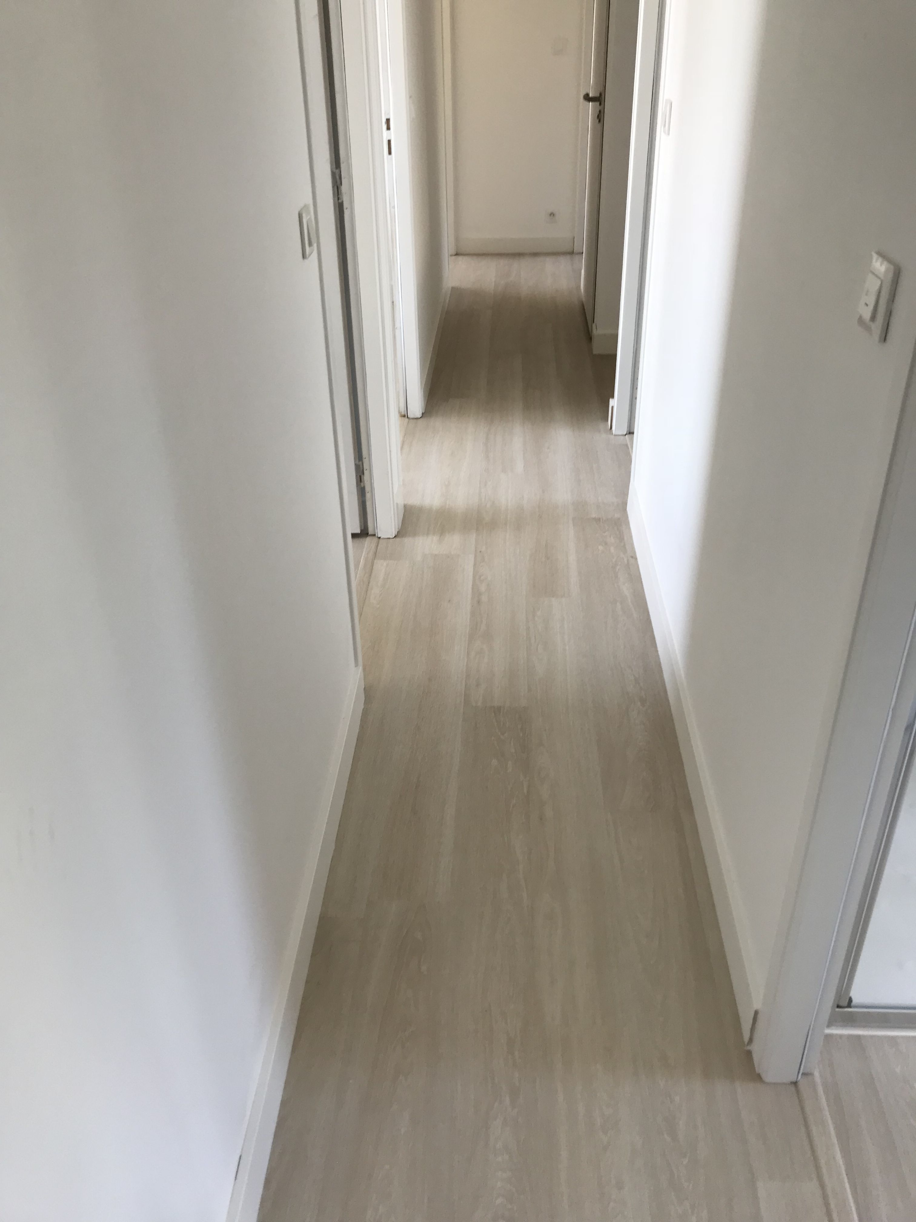 Une Maison Entiere Realisee En Sol Stratifie Meme Les Salles De Bains Et L Escalier Au Rdc Quick Step Majestic Mj3554 Chene Sol Stratifie Parquet Stratifie