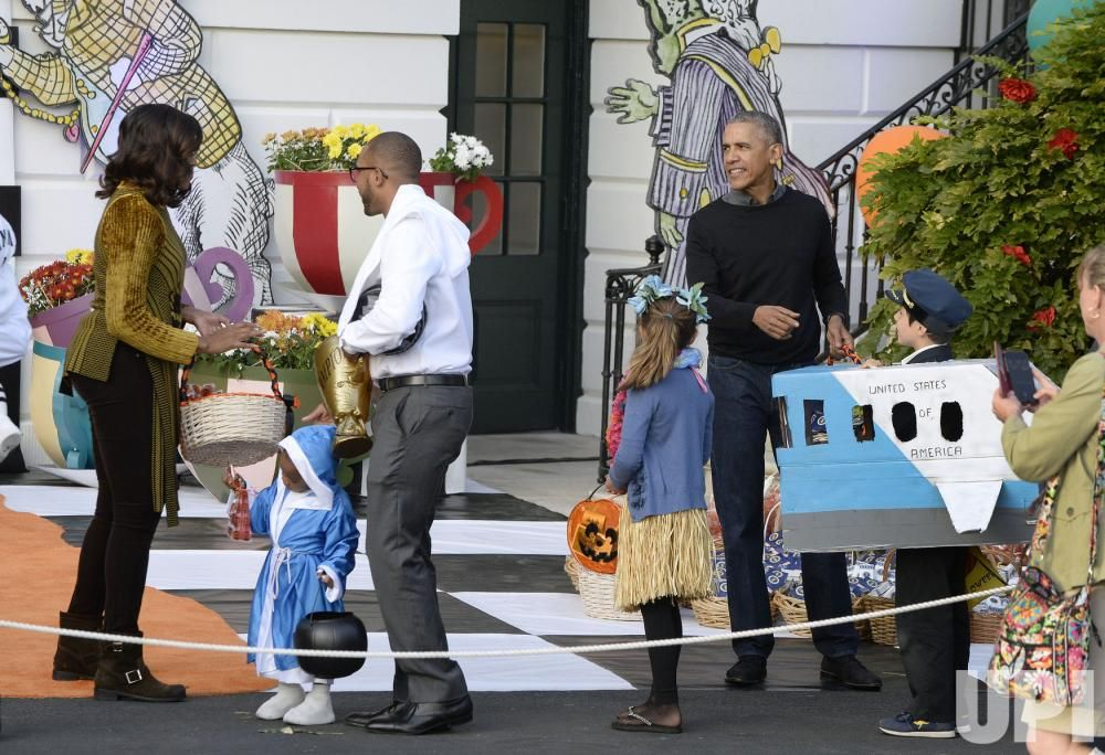 The Obamas host their final Halloween party at the White House ...
