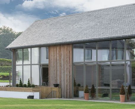 Si buscas un diseño contemporáneo y exclusivo, combina una pared frontal con grandes ventanales y una cubierta de pizarra natural   #inspiración #arquitectura #cubierta #pizarranatural
