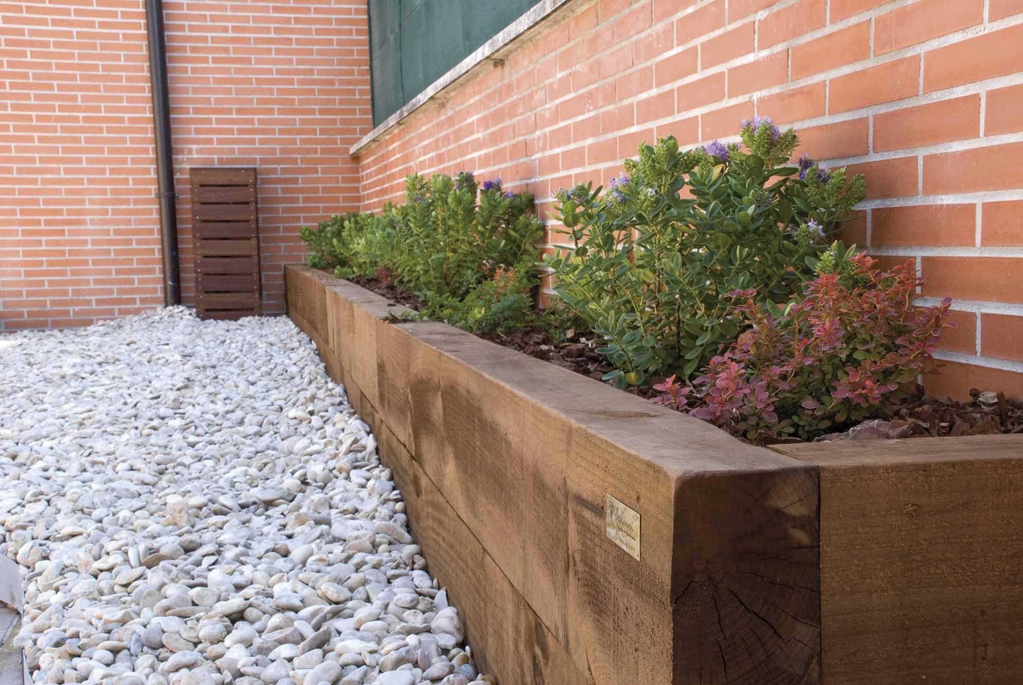Jardinera de traviesas con corteza de pino jardineras - Jardineras para jardin ...