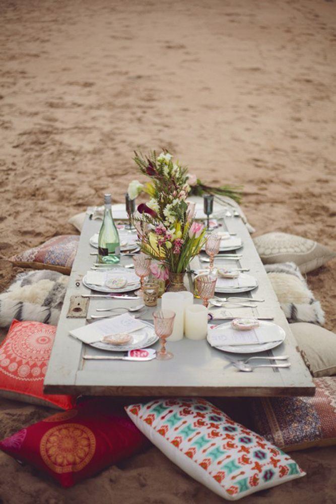 ein altes t rblatt mit bunten kissen ist ein perfektes boho styling f r eine strandhochzeit. Black Bedroom Furniture Sets. Home Design Ideas