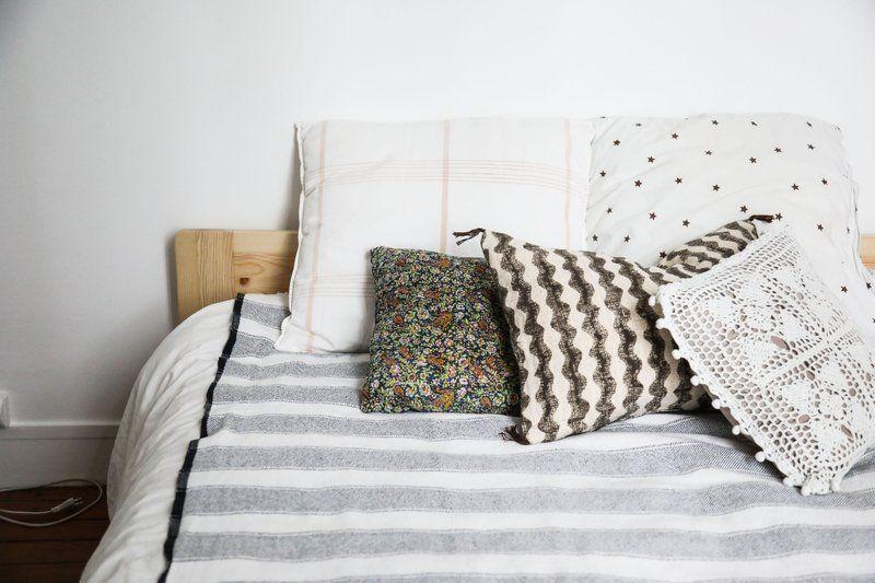 The Socialite Family | Dans la chambre de Carrie Solomon #portrait #meet #home #bedroom #chambre #design #blanc #white #coussin #cushion #plaid #lifestyle #art #inspiration #ideas #thesocialitefamily