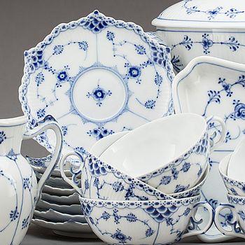 "KAFFE- och TESERVIS, 15 delar, porslin, ""Musselmalet"", Royal Copenhagen, Danmark."