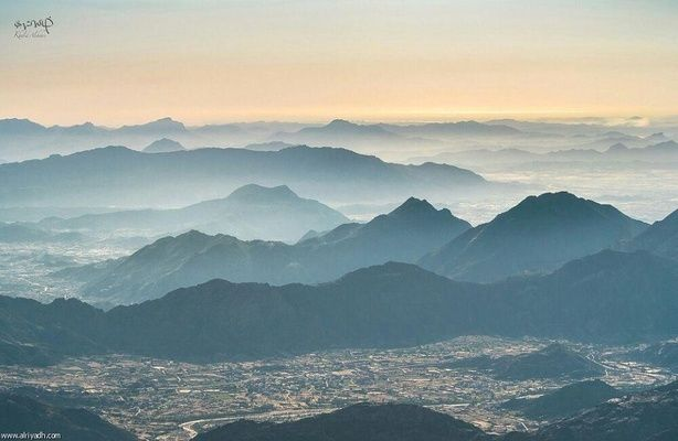 هاوي يلتقط صورة لمياه البحر الأحمر من مرتفعات تنومة جريدة الرياض Natural Landmarks Landmarks Saudi Arabia
