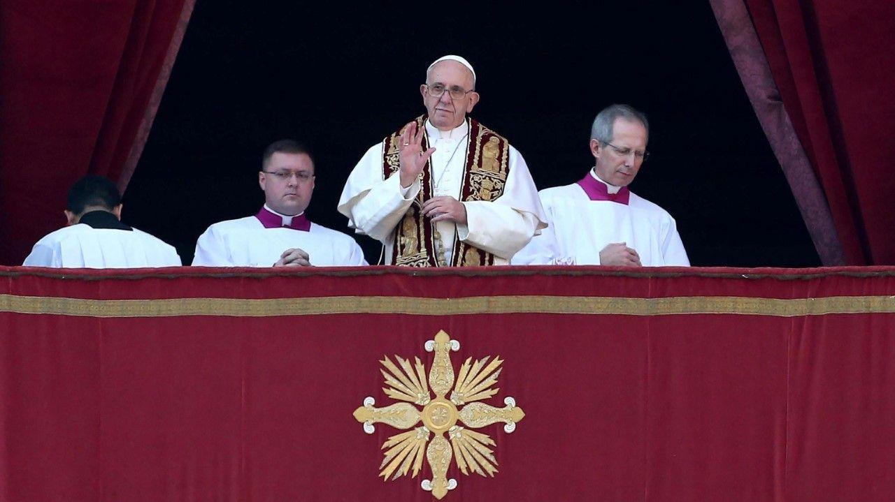 """El papa Francisco saluda a los feligreses durante la tradicional bendición """"Urbi et Orbi"""" (A la ciudad y al mundo) desde el balcón central de la Basílica de San Pedro del Vaticano, en la Ciudad del..."""