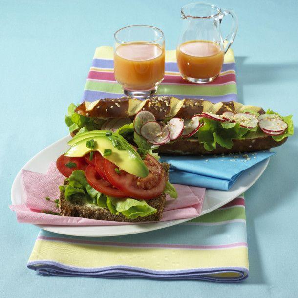 Unser beliebtes Rezept für Vollkornbrötchen mit Tomaten und Avocado und Laugenstange mit Radieschen und Sesam und mehr als 55.000 weitere kostenlose Rezepte auf LECKER.de.