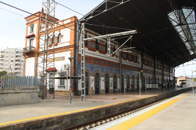 panorámica de la fachada de la estación de Jerez de la Frontera desde los andenes