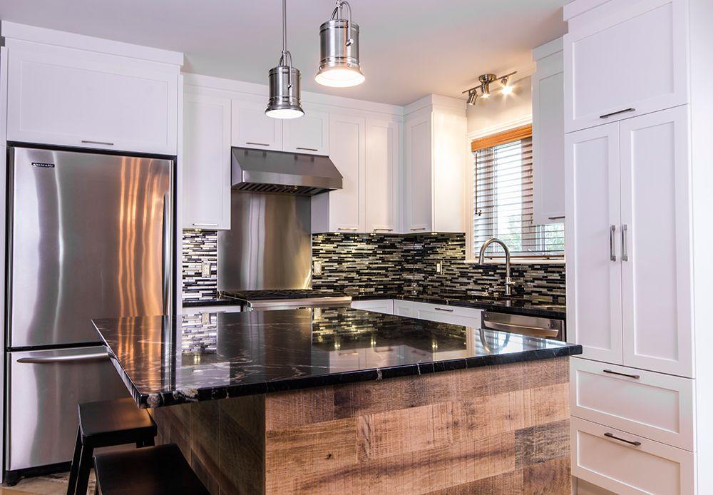 armoires de cuisine en polyester blanc ilot de cuisine en placage de chene classique et comptoir de granit teinte de titane noir
