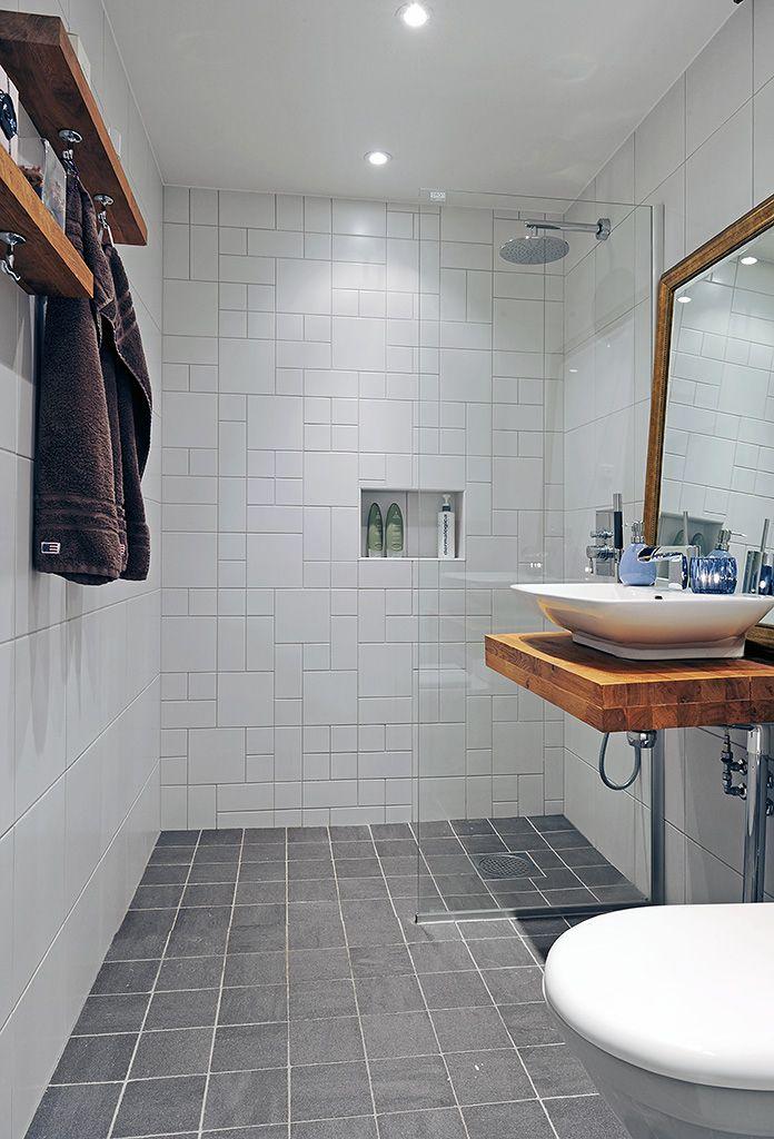 Badeværelset kræver tit særlige hensyn, når det gælder opbevaringsplads. Derfor er vi ret vilde med at lave indbyggede hylder. Det...