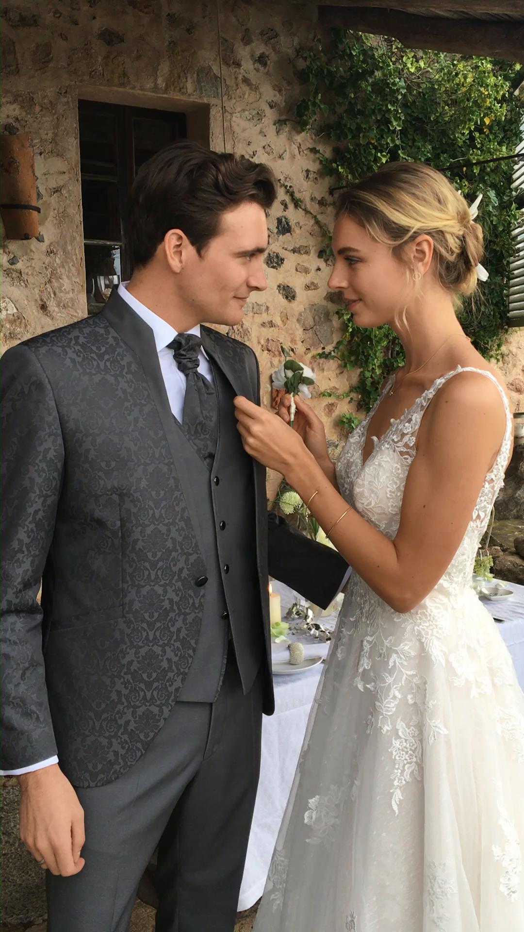 Am Hochzeitstag darf der Blumenanstecker für den Bräutigam genau so wenig wie das passende Einstecktuch vergessen werden!   #Hochzeitsanzug #Weddinginspiration #Liebe #WELOVEWEDDING #Hochzeitsliebe #WILVORST #Bräutigamanzug #Bräutigam #Groom