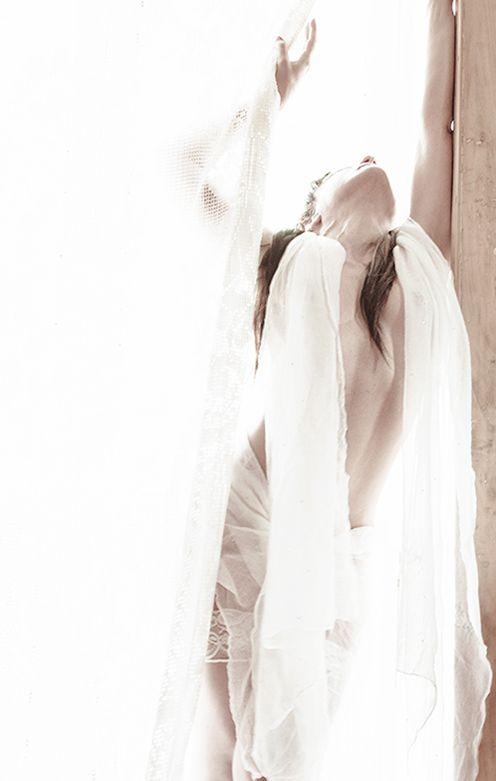 MARKEBA- CORPO DI LUCE NUNZIA ESPOSITO Titolo : Merkeba- Corpo di luce Dimensioni : 150x95 cm Tecnica : Fotografia digitale Materiale : stampa su carta fotografica La chiamano Merkaba, la teoria dei corpi destinati a nutrirsi di pura luce..