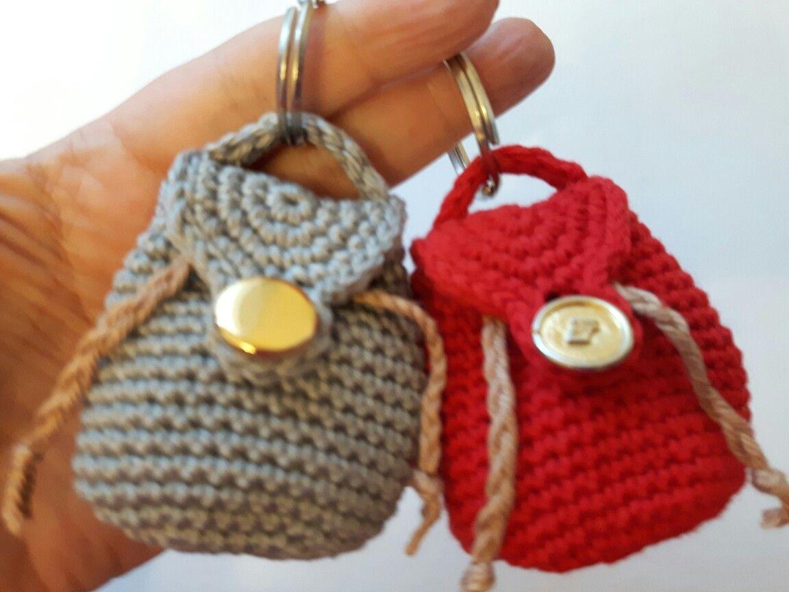 Instrucciones en el video de MARY J HANDMADE mini mochila tejida a crochet en youtube