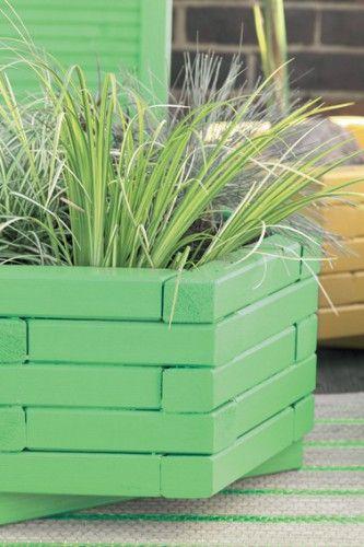 jardinière en bois sur terrasse repeinte en vert et jaune assorties