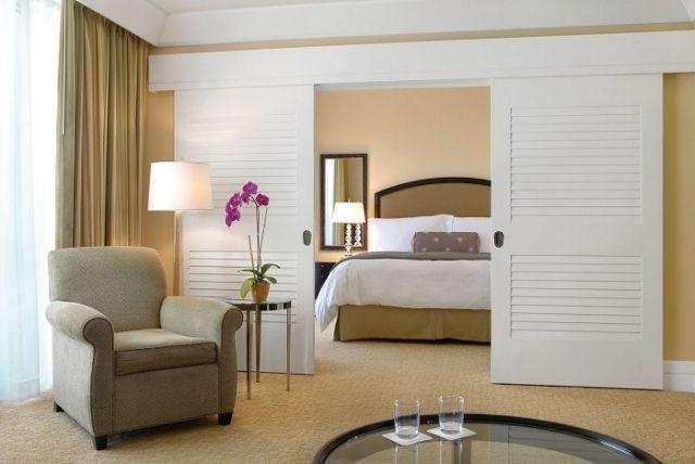 schiebetüren schlafzimmer raumteiler weiß holz deckenmontage,