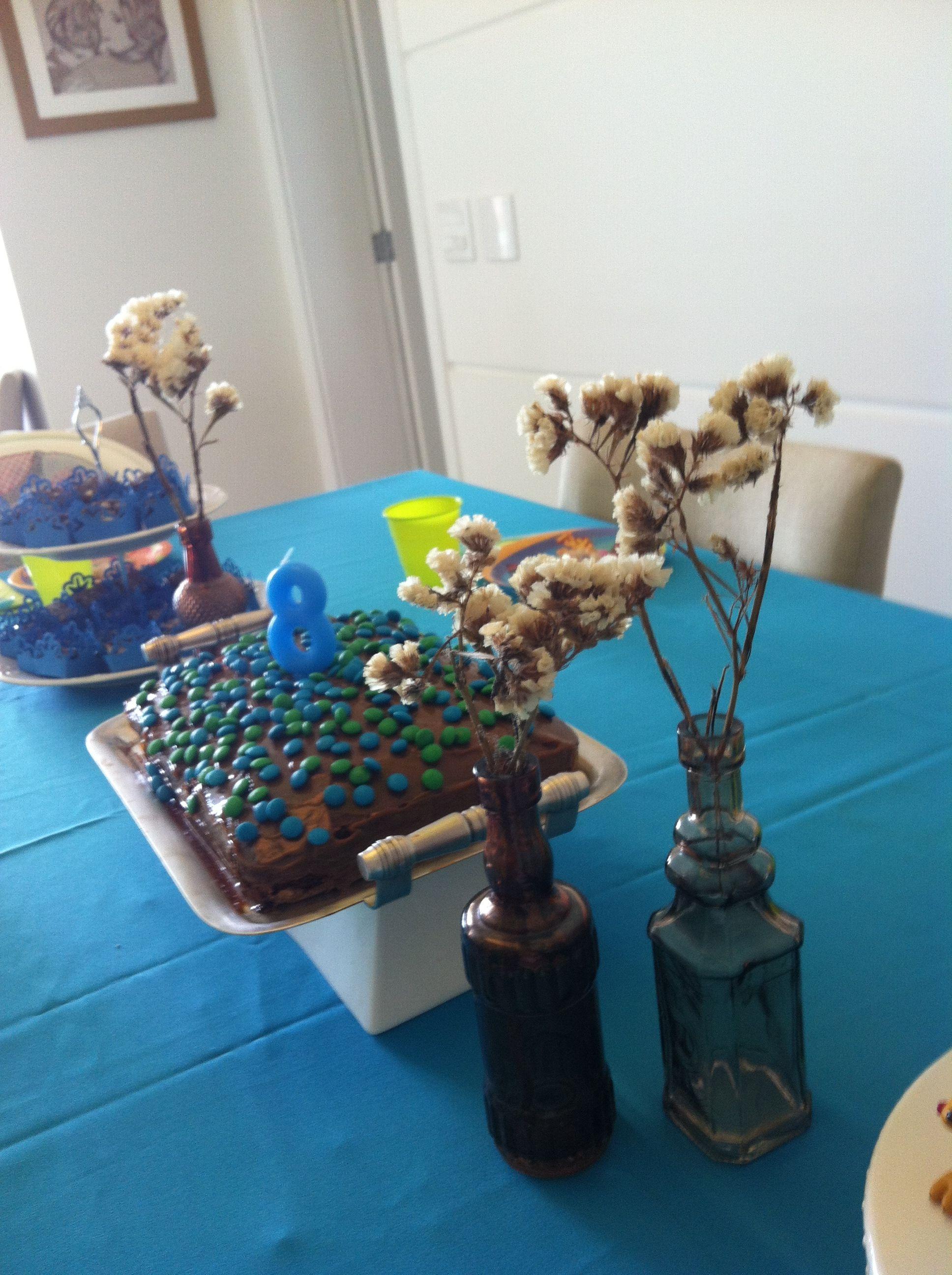 Vasinhos de vidro coloridos com flores secas.