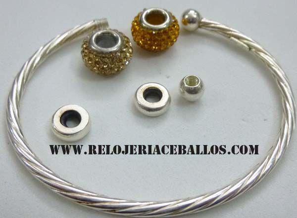 para personificar el brazalete, tenemos al opción del terminal abierto con la bolita a modo de rosca. es de plata